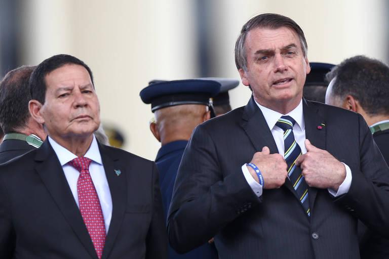 O presidente Jair Bolsonaro (PSL) e o vice, Hamilton Mourão, durante cerimônia de comemoração do Dia do Exército, em Brasília