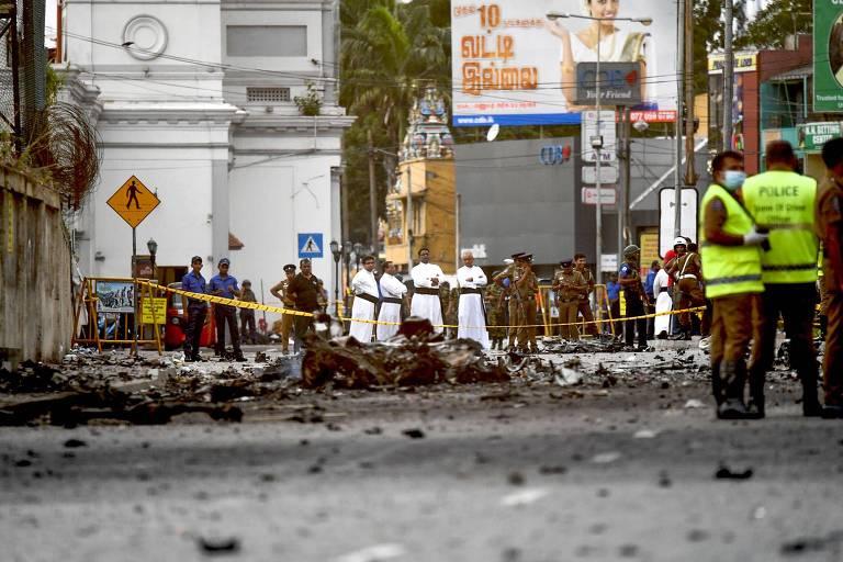 Padres observam destroços após explosão de bomba próximo à igreja de Santo Antônio, em Colombo (Sri Lanka)