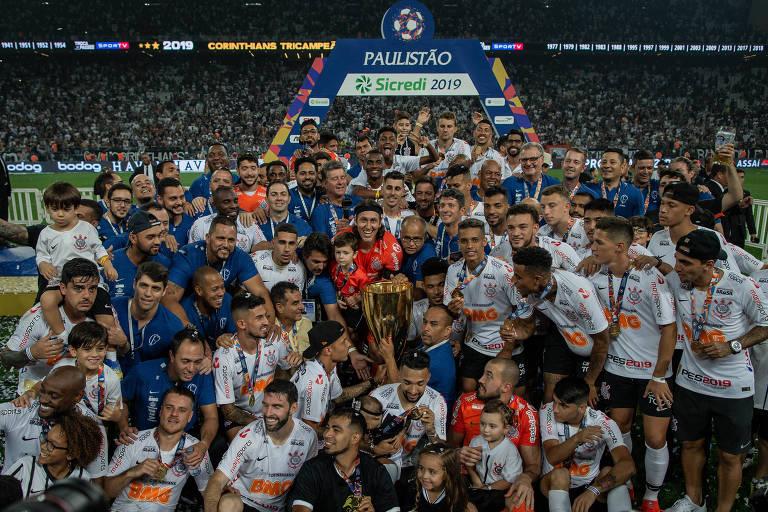 Jogadores corintianos comemoram a conquista do título do Campeonato Paulista, após derrotar o São Paulo na decisão em Itaquera