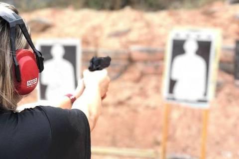 A empresária Solange Lopes, 39, durante prática de tiro esportivo