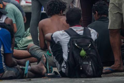 SÃO PAULO, SP, BRASIL, 27-09-2018: Usuários de crack consomem a pedra na Cracolândia, no centro de São Paulo. A prefeitura de SP vai fechar as tendas do Atende, programa que oferece atendimento a usuários de droga na cracolândia. A prefeitura vai construir um único Atende num terreno grande, próximo à marginal Tietê. A ideia é fazer o fluxo da cracolândia ir para lá. (Foto: Eduardo Anizelli/ Folhapress, COTIDIANO) ***EXCLUSIVO***