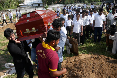 A coffin of a victim is carried during a mass burial of victims, two days after a string of suicide bomb attacks on churches and luxury hotels across the island on Easter Sunday, at a cemetery near St. Sebastian Church in Negombo, Sri Lanka April 23, 2019. REUTERS/Athit Perawongmetha ORG XMIT: SRI203