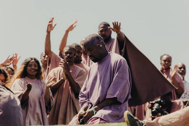 Kanye West se emociona durante seu show-culto no Coachella, em Indio, Califórnia