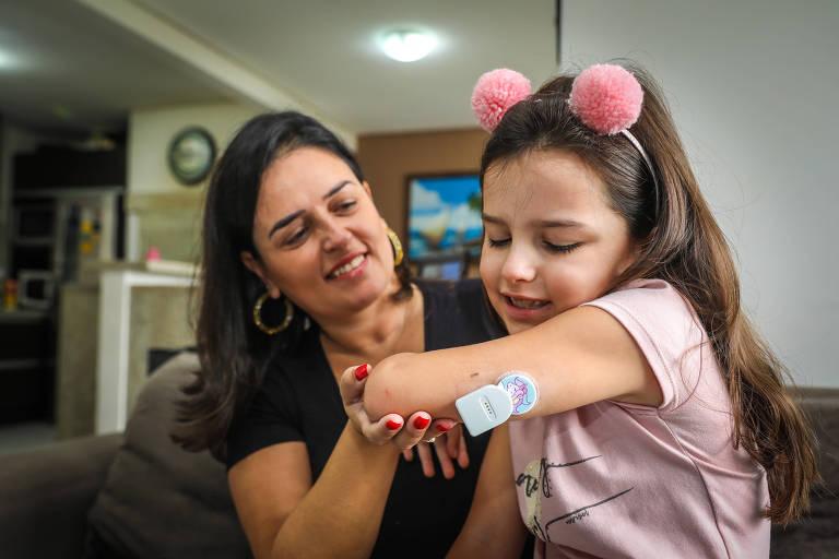 Luisa Wunderlich e a fillha Antonia, de 6 anos, que usava o Spike para ajudar a controlar a glicemia até o aplicativo sumir