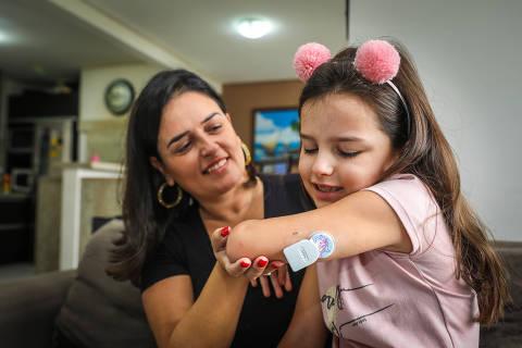 Porto Alegre, RS, BRASIL, 16.04.2019 - Luisa Wunderlich e a fillha Antonia, de 6 anos estão passando por problemas com app da Apple que mede a taxa de glicose no corpor da menor, de 6 anos que tem diabetes. A jovem tem no braço esquerdo, um medidor de diabetes. FOTO: MARCOS NAGELSTEIN