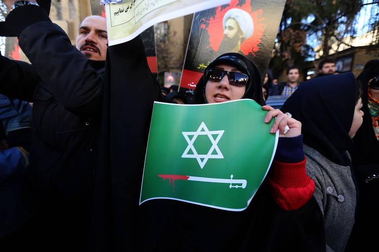 Iraniana protesta contra a execução do clérigo xiita Nimr al-Nimr em janeiro de 2016 pela Arábia Saudita