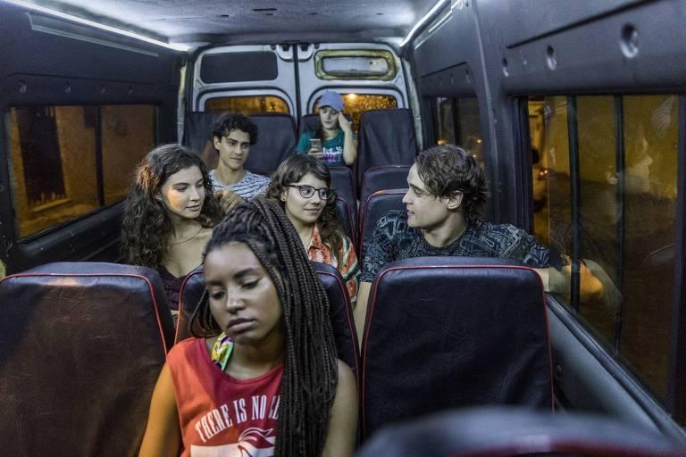"""Jaqueline (Gabz), Rita (Alanis Guillen), Raíssa (Dora de Assis), Thiago (Danilo Maia), Guga (Pedro Alves) e Anjinha (Caroline Dallarosa) em """"Malhação - Toda Forma de Amar"""""""