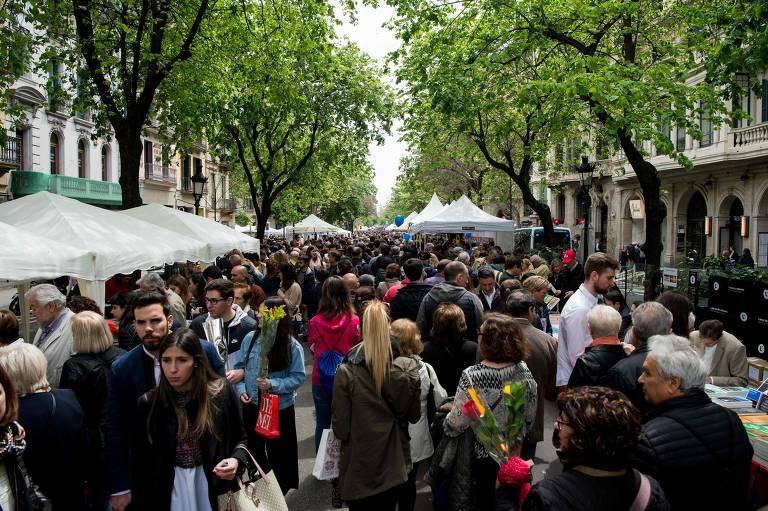 Pessoas na festa de Sant Jordi na Catalunha, na Espanha, no dia 23 de abril de 2019