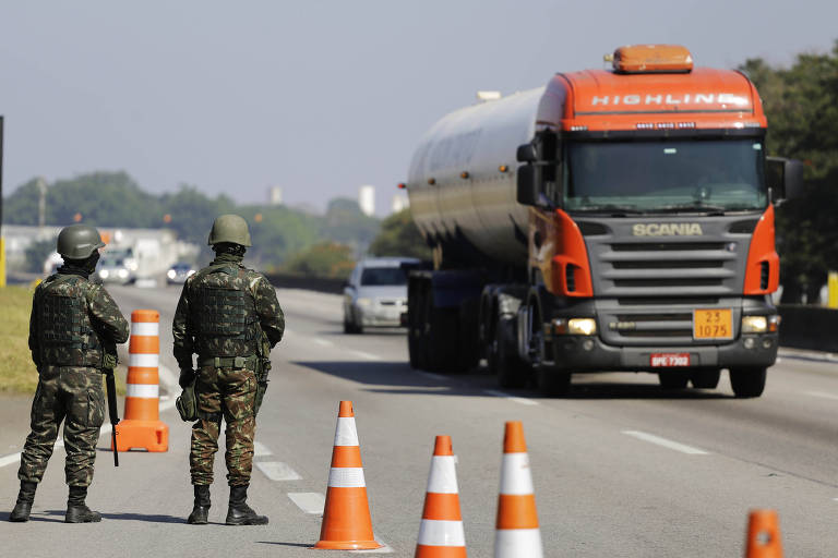Soldados do Exército garantem o trânsito na via Dutra, na altura de Jacareí (SP), no fim da greve de 2018