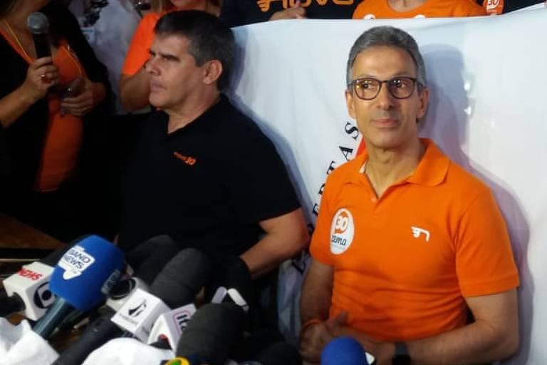 De preto, o vice-governador de Minas Gerais, Paulo Brant (Novo), participa ao lado do governador Romeu Zema (Novo) de coletiva após vitória na eleição de 2018