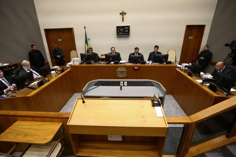 Sessão do STJ em 2019; tribunal estendeu prisão domiciliar a condenados por dívida alimentícia