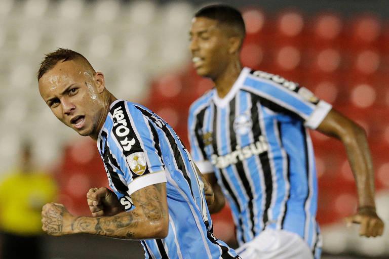 Everton comemora gol pelo Grêmio na Libertadores de 2019