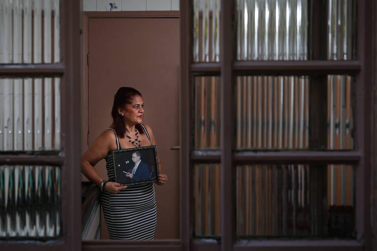 Maria Socorro segura a foto do marido, José Paulino, morto em 2018; ele tinha seguro de vida, mas até hoje, 15 meses após a morte, ela não recebeu o dinheiro