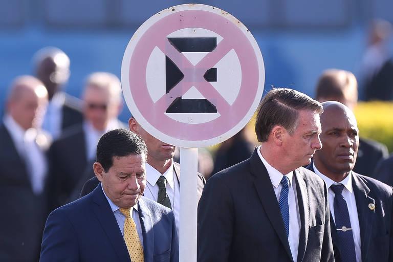 O presidente Jair Bolsonaro e o vice-presidente Hamilton Mourão durante cerimônia de hasteamento da bandeira nacional no Palácio da Alvorada