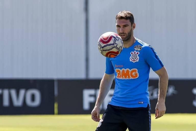 O atacante Mauro Boselli participa de treino do Corinthians