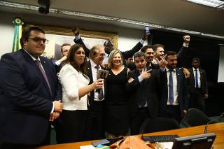 Parlamentares do PSL comemoram a aprovação do parecer de relator da reforma da Previdência