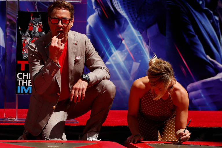 Robert Downey Jr. e Scarlett Johansson deixam suas assinaturas na Calçada da Fama