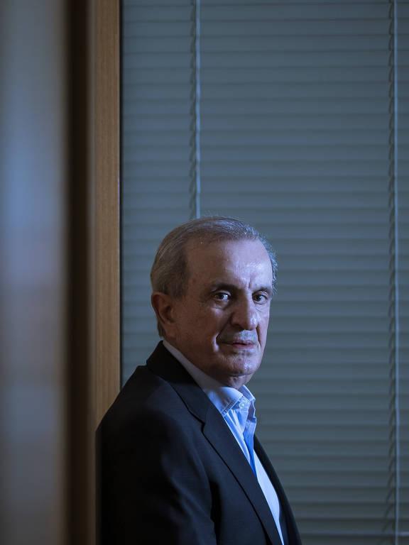 Francisco Maturro, presidente da Agrishow, posa de perfil para o fotógrafo. Ele tem cabelos grisalhos e usa camisa azul e paletó preto.