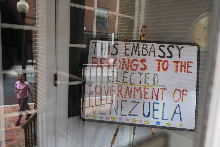 """Placa colocada por ativistas diz que embaixada venezuelana em Washington pertence ao """"governo eleito"""" do país, em referência a Nicolás Maduro"""