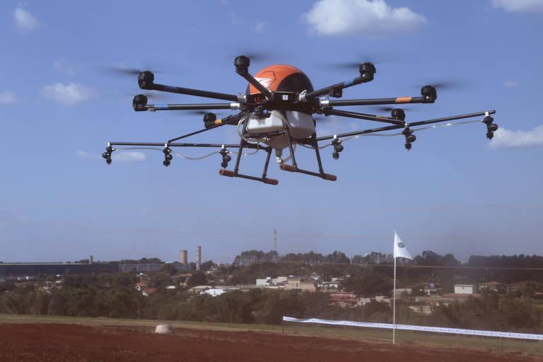 Drone pulverizador sobrevoa Agrishow, feira de agronegócio em Ribeirão Preto (SP)