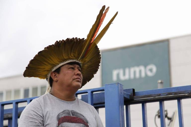 Índio em frente a símbolo da Rumo