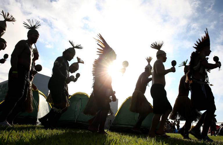 Índios de várias etnias de várias partes do Brasil montam acampamento no gramado da Esplanada dos Ministérios, em frente ao Congresso Nacional. O movimento, chamado Acampamento Terra Livre, acontece todos os anos no mês de abril