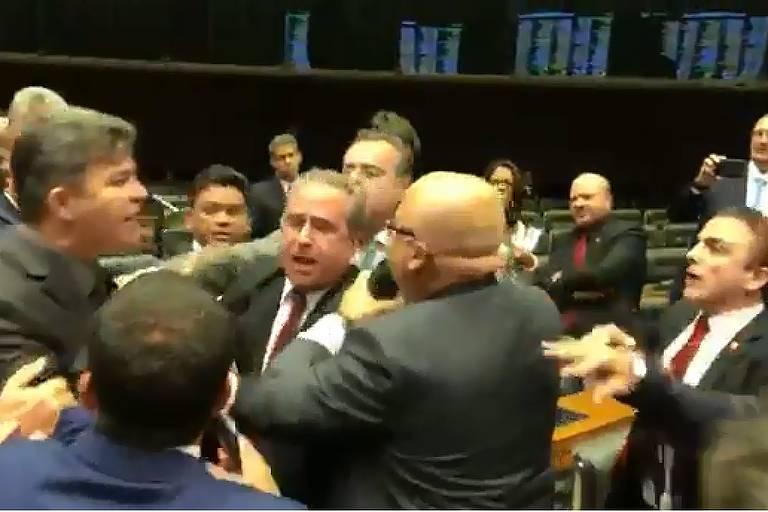 Deputados Aliel Machado (PSB-PR) discursava quando foi interrompido aos gritos pelo colega José Medeiros (Pode-MT)