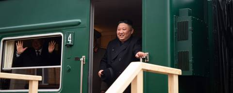 This handout picture provided by press service of Administration of Primorsky Krai shows North Korean leader Kim Jong Un disembarking from his private armoured train at a station in the Russian border town of Khasan on April 24, 2019. (Photo by Alexander SAFRONOV / Press Service of Administration of Primorsky Krai / AFP) / RESTRICTED TO EDITORIAL USE - MANDATORY CREDIT