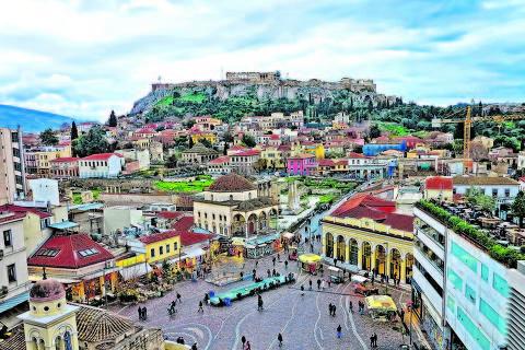 Praça Monastiraki, em Atenas; ao fundo, a Acrópole