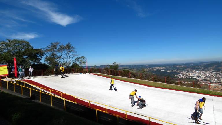 Visitantes praticam esqui em pista do parque Ski Mountain, em São Roque (SP)