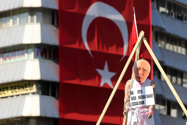 Boneco do clérigo Fethullah Gülen durante protesto em Ancara; ele é líder do movimento Hizmet, considerado uma organização terrorista pelo governo turco