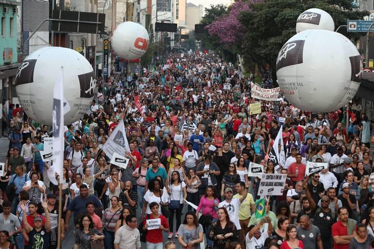 Protesto dos professores estaduais na praça da República, organizado pela APEOESP