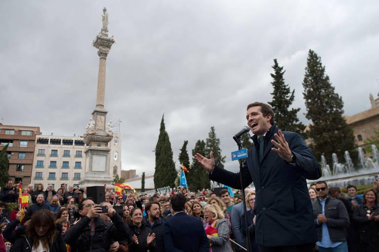 Pablo Casado discursa durante evento de campanha em Granada