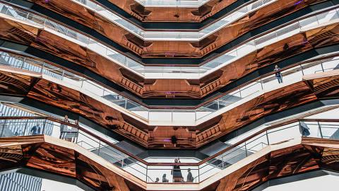 NOVA YORK, EUA, 15.03.2019 - Visitantes chegam ao empreendimento imobiliário Hudson Yards no dia da inauguração da primeira fase do projeto em Manhattan, em Nova York, nos Estados Unidos. Quatro torres, incluindo espaços residenciais, comerciais e de varejo, e uma grande escultura de arte pública composta de 155 lances de escada, chamada 'The Vessel', serão abertas ao público. O desenvolvedor do projeto, Related Companies, chama o empreendimento mais caro da cidade desde o Rockefeller Center. (Foto: Vanessa Carvalho/Brazil Photo Press/Folhapres)