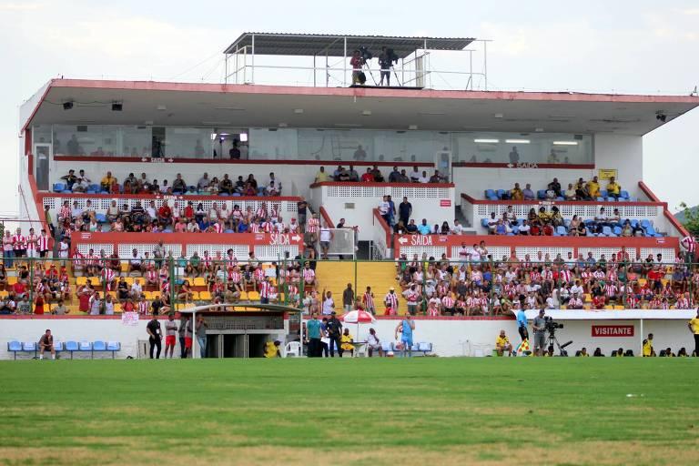 Torcida acompanha jogo do Bangu no estádio Moça Bonita, no Rio, pelo Carioca