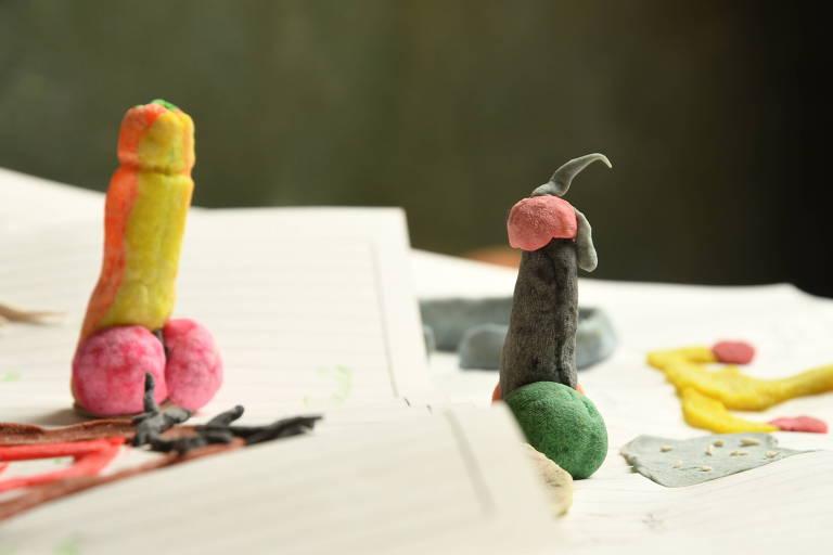 Massinha em formato de pênis em aula de educação sexual