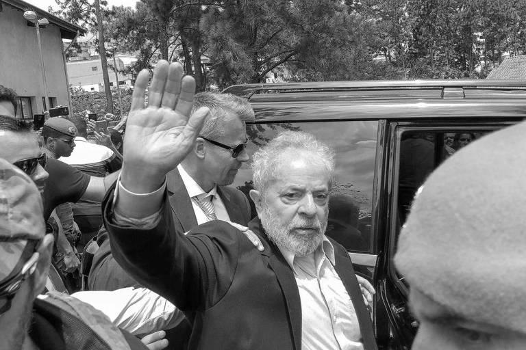 Lula deixa cemitério após velório de neto, em São Bernardo do Campo (SP), em março deste ano