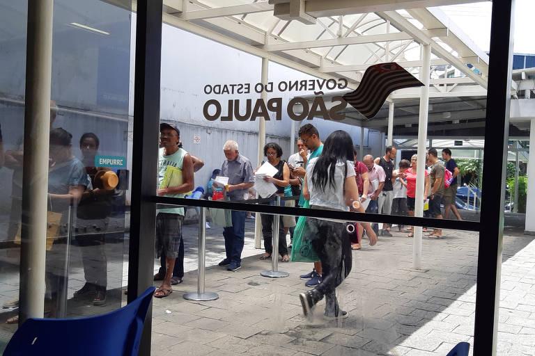 Usuários da Farmácia de Alto Custo da Vila Mariana formam fila para serem atendidos