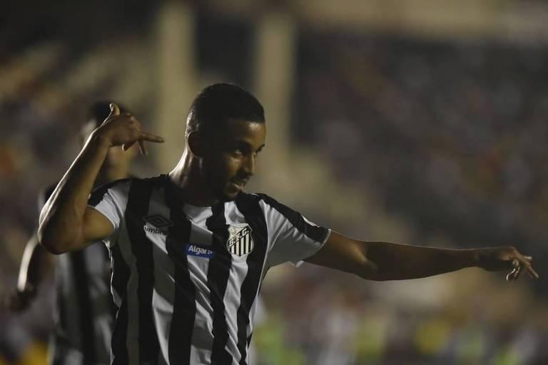 O lateral esquerdo Jorge comemora seu gol contra o Vasco, em São Januário, que classificou o Santos na Copa do Brasil