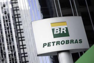 Logo da Petrobras na entrada da empresa em sua sede na avenida Paulista, em SP