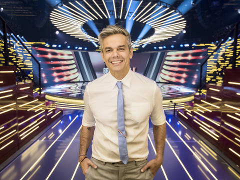 Tá Brincando - Otaviano Costa no palco de seu novo programa, que estreia em janeiro na Globo
