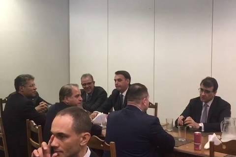 Bolsonaro almoça em bandejão do Planalto e leva equipe de imagem