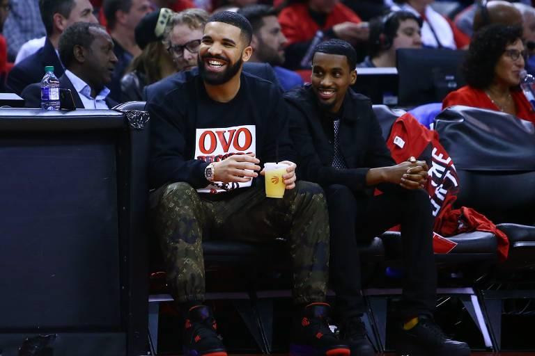 Cantor Drake olha de seu assento de courstside durante o jogo cinco da primeira rodada dos Playoffs da NBA 2019 entre o Orlando Magic e os Toronto Raptors no Scotiabank Arena em Toronto, Canadá