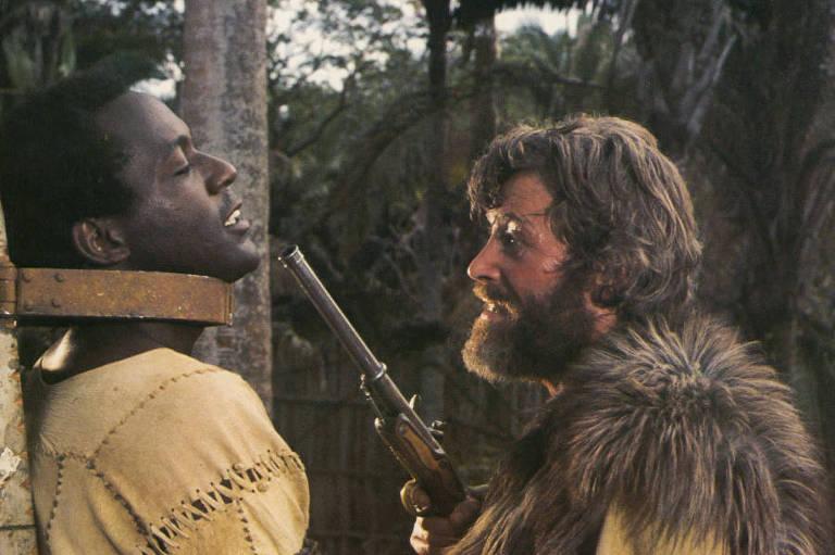 Peter O'Toole and Richard Roundtree em cena de 'Sexta-Feira', adaptação de 'Robinson Crusoé' de 1975