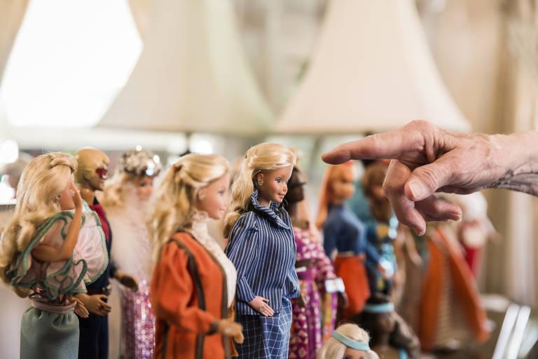 """Carol Spencer, 86, foi estilista da Barbie de 1963 a 1999, uma carreira celebrada em seu novo livro, """"Dançando a Barbie"""""""