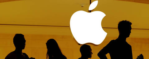 FILE PHOTO: Customers walk past an Apple logo inside of an Apple store at Grand Central Station in New York, U.S., August 1, 2018.  REUTERS/Lucas Jackson/File Photo ORG XMIT: FW1
