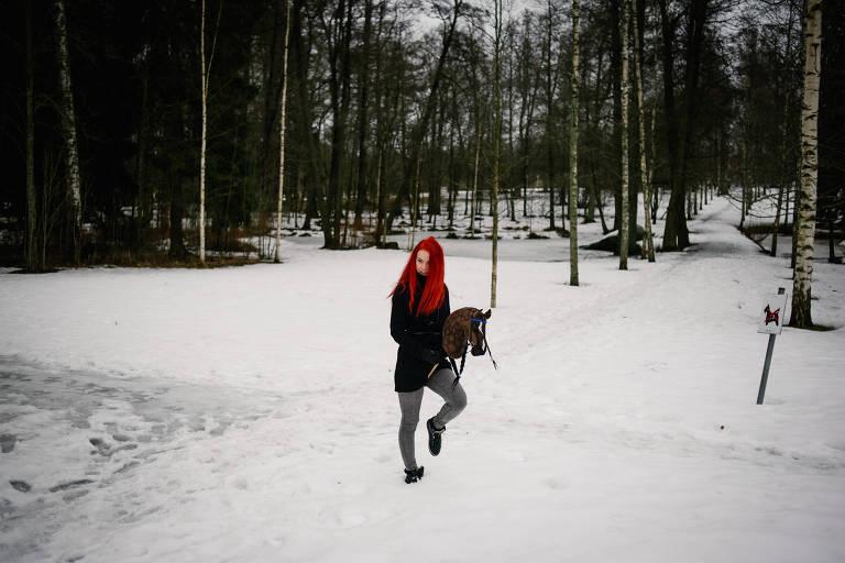 Alisa Aarniomaki, uma das pioneiras, treina em um parque de Helsinque