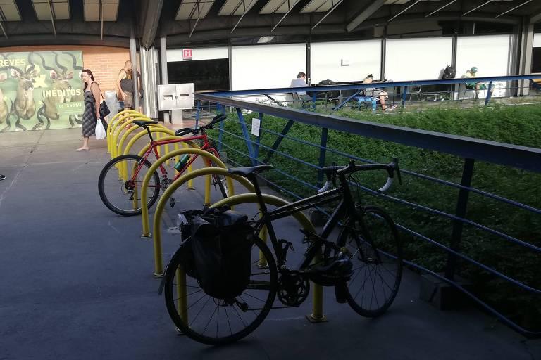Bicicletário disponível no Sesc Pompeia tem entorta-roda mal-conservado