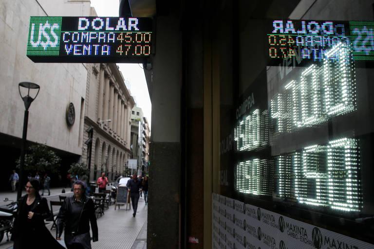 Casa de câmbio anuncia cotação do dólar (ARS$ 47) no distrito financeiro de Buenos Aires nesta quinta (25)