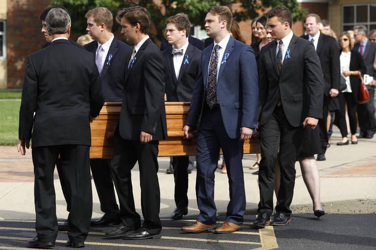 Caixão de Otto Warmbier é carregado durante seu funeral em junho de 2017